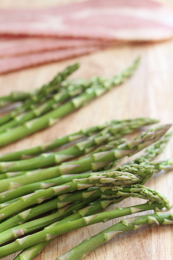 These turkey bacon wrapped asparagus stalks are simultaneously crunchy and tender, salty and sweet and only take 20 minutes in the oven via @ExSloth | ExSloth.com
