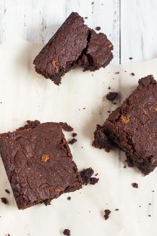 Gluten-free, flourless, vegan gingerbread brownies via ExSloth.com