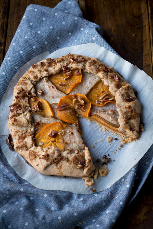 This 10 ingredient persimmon pear vegan pumpkin galette can be ready in under an hour. It's the perfect alternative to vegan pumpkin pie this Thanksgiving via @ExSloth