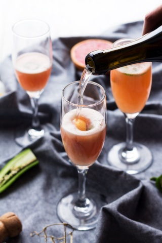 5 Ingredient Spicy Grapefruit Mimosa - perfect for everything from New Year's Eve brunch to Mother's Day via ExSloth.com