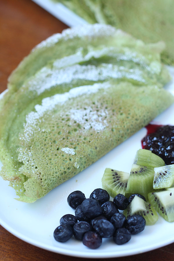 These dairy and gluten free spinach crepes was thin, light, slightly sweet and filled with nutritious spinach. Perfect for St. Patrick's Day @ExSloth | ExSloth.com
