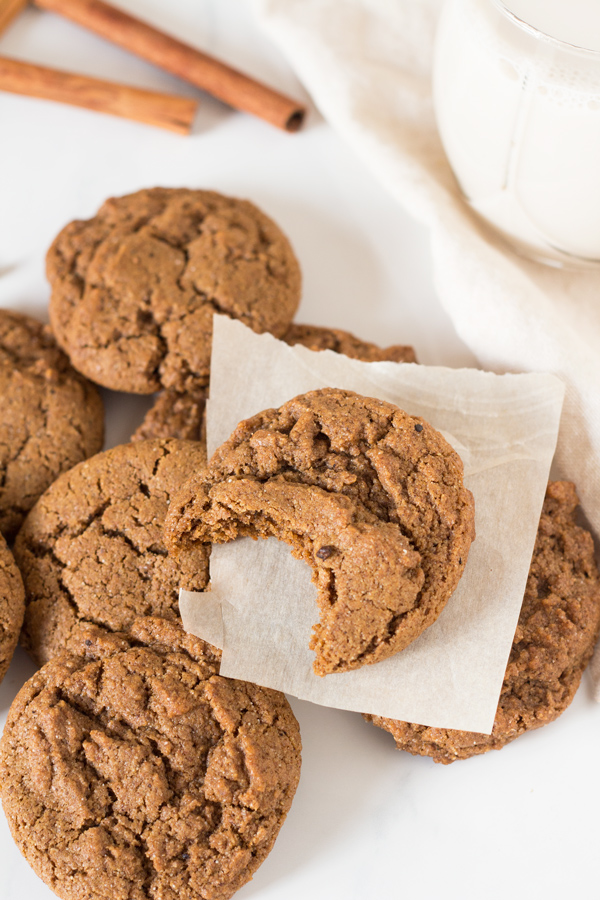 These easy-to-make vegan spiced spelt flour cookies are soft, chewy and perfectly sweet via @ExSloth | ExSloth.com