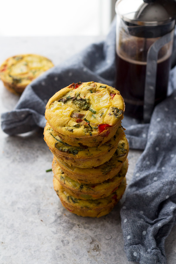 These chickpea flour omelette muffins (vegan egg muffins) are easy to make and are a great option for an on-the-go savoury vegan breakfast via @ExSloth | ExSloth.com