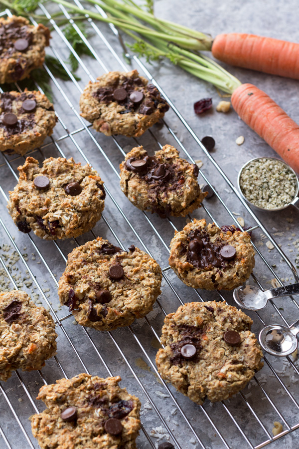 These everything vegan breakfast cookies come together in under 30 minutes and make the perfect vegan breakfast on the go | ExSloth.com